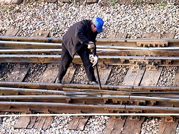This rail worker faces many dangers every day. If you have been injured while working for a railroad company, call a Arlington FELA attorney now.